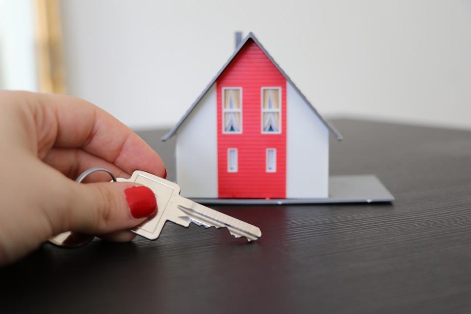 immobilier maison miniature main clé